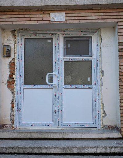 Tâmplărie PVC alb | Teraplast | Montaj usă intrare bloc | Termopane Galați