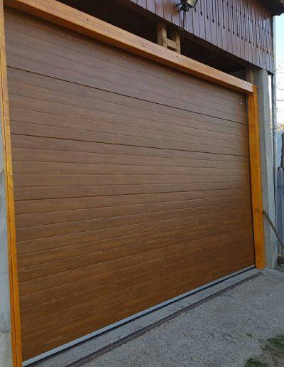 Ușă de garaj maro cu acționare electrică | Teraplast | Montaj | Termopane Galați
